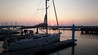 秋田マリーナ夕陽と出航を待つブルーマリン号190705.JPG
